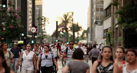 brasil-pessoas-caminham-iloveimg-resized