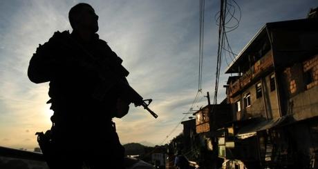 29abr2013---policial-do-bope-batalhao-de-operacoes-especiais-participa-da-ocupacao-da-comunidade-do-cerro-cora-no-cosm-iloveimg-resized